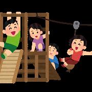 アスレチックで遊ぶ子供