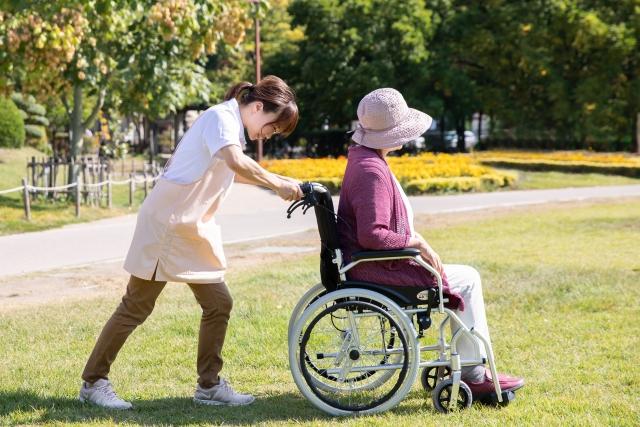 車椅子を押す介護者