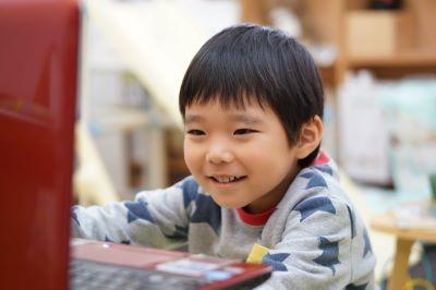 楽しそうにオンラインレッスンを受ける子供